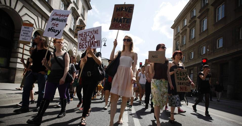 18.mai.2013 - Com cartazes, mulheres participam da marcha das Vadias, em Varsóvia, na Polônia, neste sábado (18)