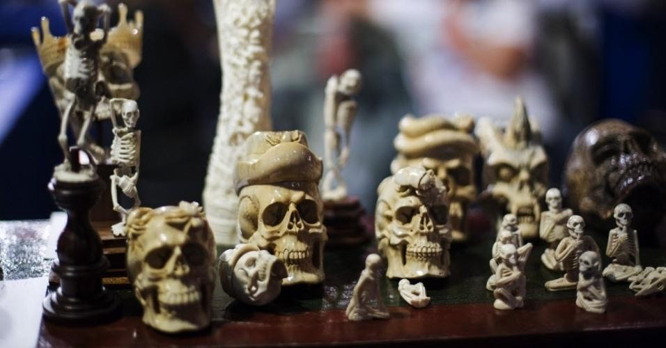 18.mai.2013 - Crânios e esqueletos esculpidos em osso são exibidos em convenção de tatuagem em Nova York
