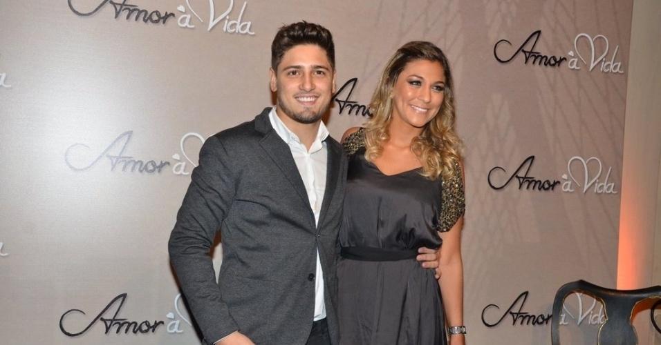 """18.mai.2013 - Daniel Rocha leva a namorada na festa organizada pela Globo em um restaurante de SP para promover a novela """"Amor à Vida"""""""