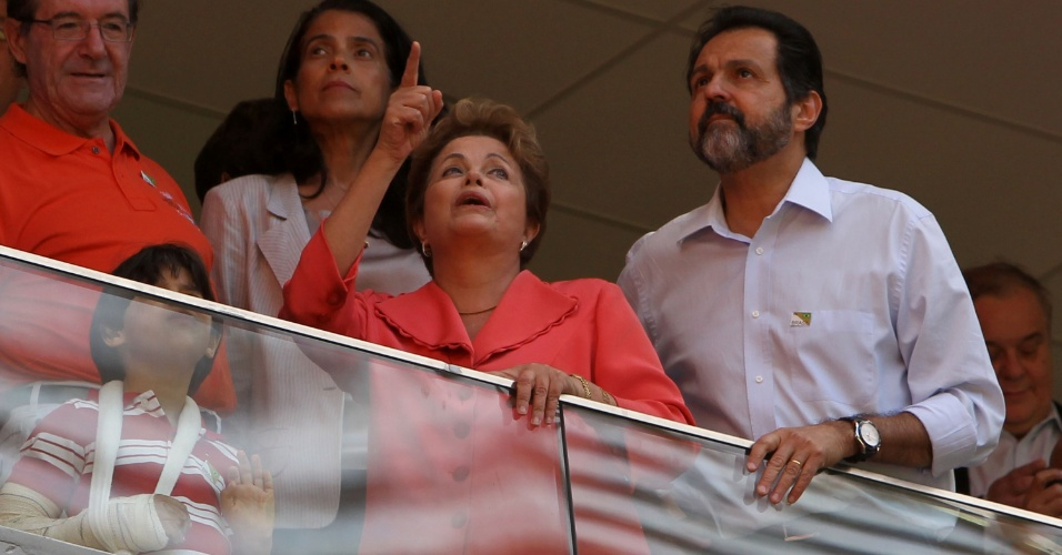 18.mai.2013 - Dilma esteve acompanhada de Agnelo Queiroz, governador do Distrito Federal