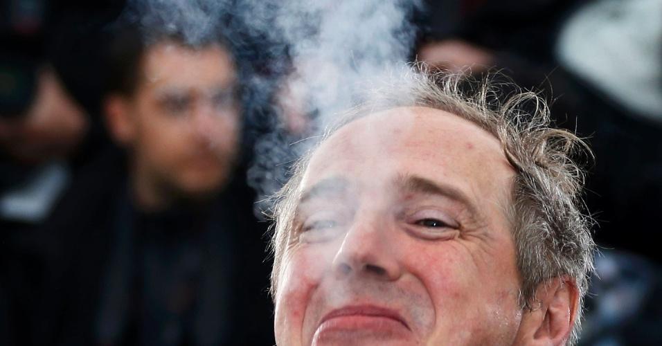 18.mai.2013 - Diretor Arnaud Desplechin fuma durante sessão de fotos para divulgar o filme