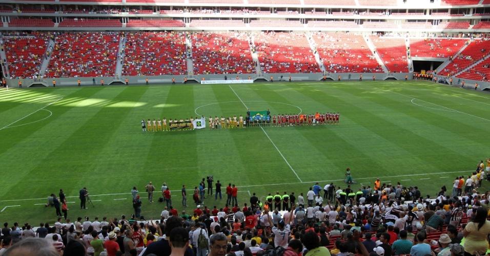18.mai2013 - Equipes de Brasília e Brasiliense ficam perfiladas antes da final do Candangão, campeonato estadual, que marcou a inauguração do estádio Mané Garrincha