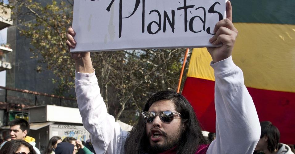 18.mai.2013 - Fantasiado de Jesus Cristo, homem participa de marcha a favor da legalização da maconha, neste sábado (18), em Santiago, no Chile