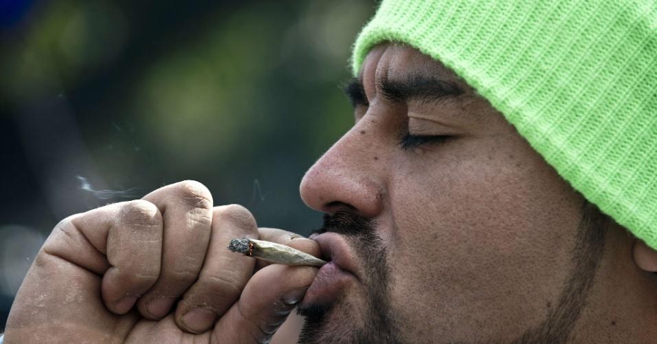 18.mai.2013 - Homem fuma cigarro durante marcha a favor da legalização da maconha, neste sábado (18), em Santiago, no Chile