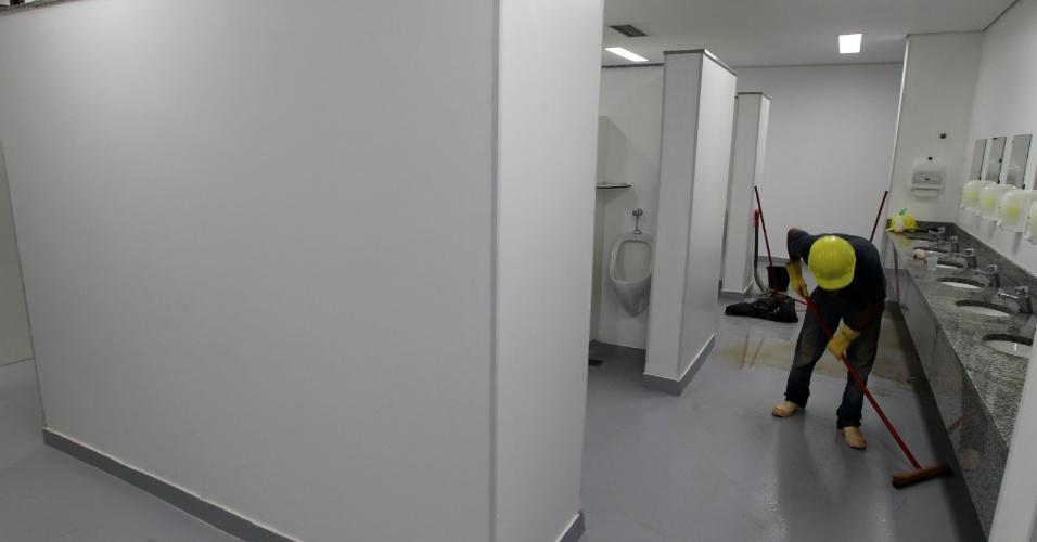 18.mai.2013 - Homem limpa os banheiros do estádio Mané Garrincha