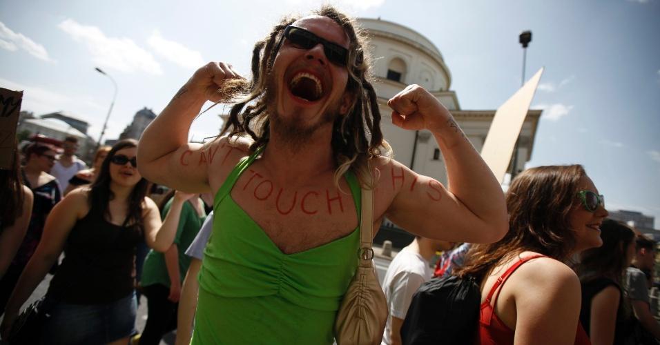 18.mai.2013 - Homem vestido de mulher participa da marcha das Vadias, em Varsóvia, na Polônia, neste sábado (18)