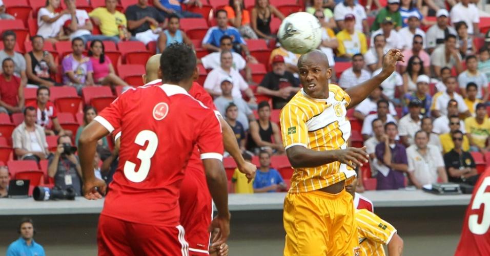 18.mai.2013 - Jogadores de Brasília e Brasiliense disputam bola na final do Candangão, campeonato estadual, na inauguração do estádio Mané Garrincha, na capital federal