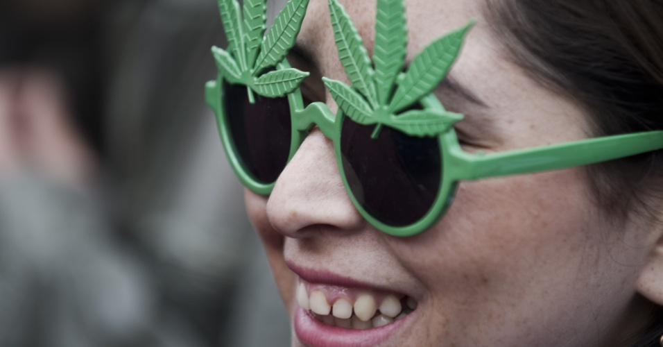 18.mai.2013 - Jovem participa de marcha a favor da legalização da maconha, neste sábado (18), em Santiago, no Chile