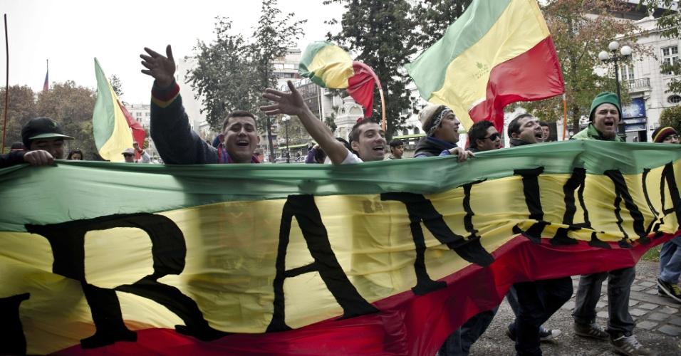 18.mai.2013 - Manifestantes participam de marcha a favor da legalização da maconha, neste sábado (18), em Santiago, no Chile