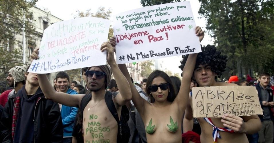 18.mai.2013 - Manifestantes tiram a blusa durante marcha a favor da legalização da maconha, neste sábado (18), em Santiago, no Chile