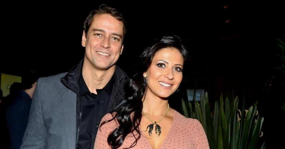 """18.mai.2013 - Marcello Antony e a mulher Carolina Hollinger na festa organizada pela Globo em um restaurante de SP para promover a novela """"Amor à Vida"""""""