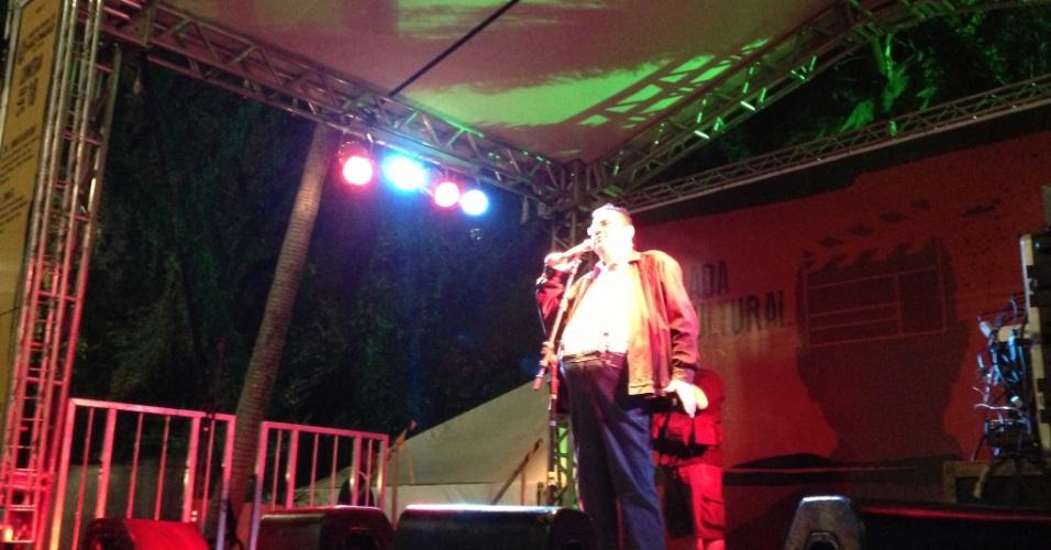18.mai.2013 - Márcio Ribeiro em apresentação no Palco Stand Up, na Praça da Sé, durante a Virada Cultural 2013. Ele foi o primeiro a se apresentar e, como de hábito, mostrou um repertório repleto de piadas escatológicas.