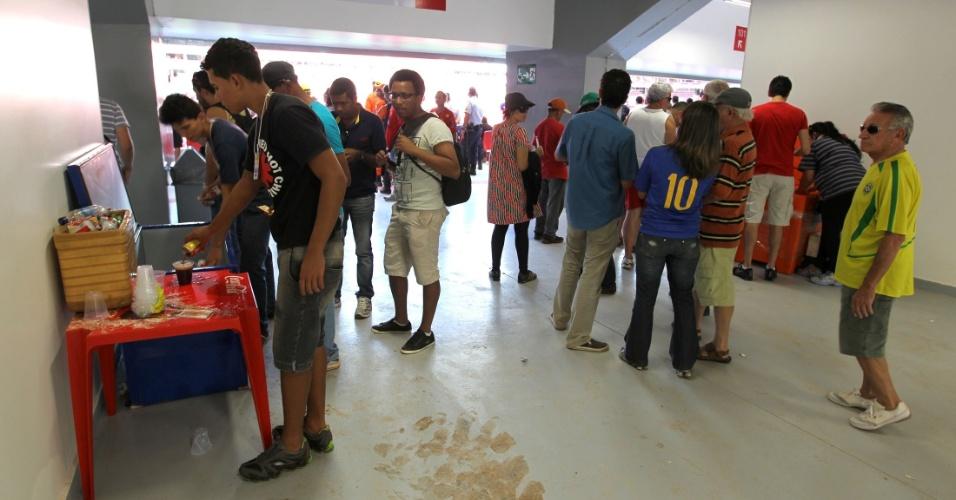 18.mai.2013 - Na inauguração do estádio Mané Garrincha, em Brasília, vários dos bares e lanchonetes estavam fechados e funcionavam de maneira precária, apesar de a venda de bebidas alcoólicas ser permitida. Foi possível notar a formação de muitas filas