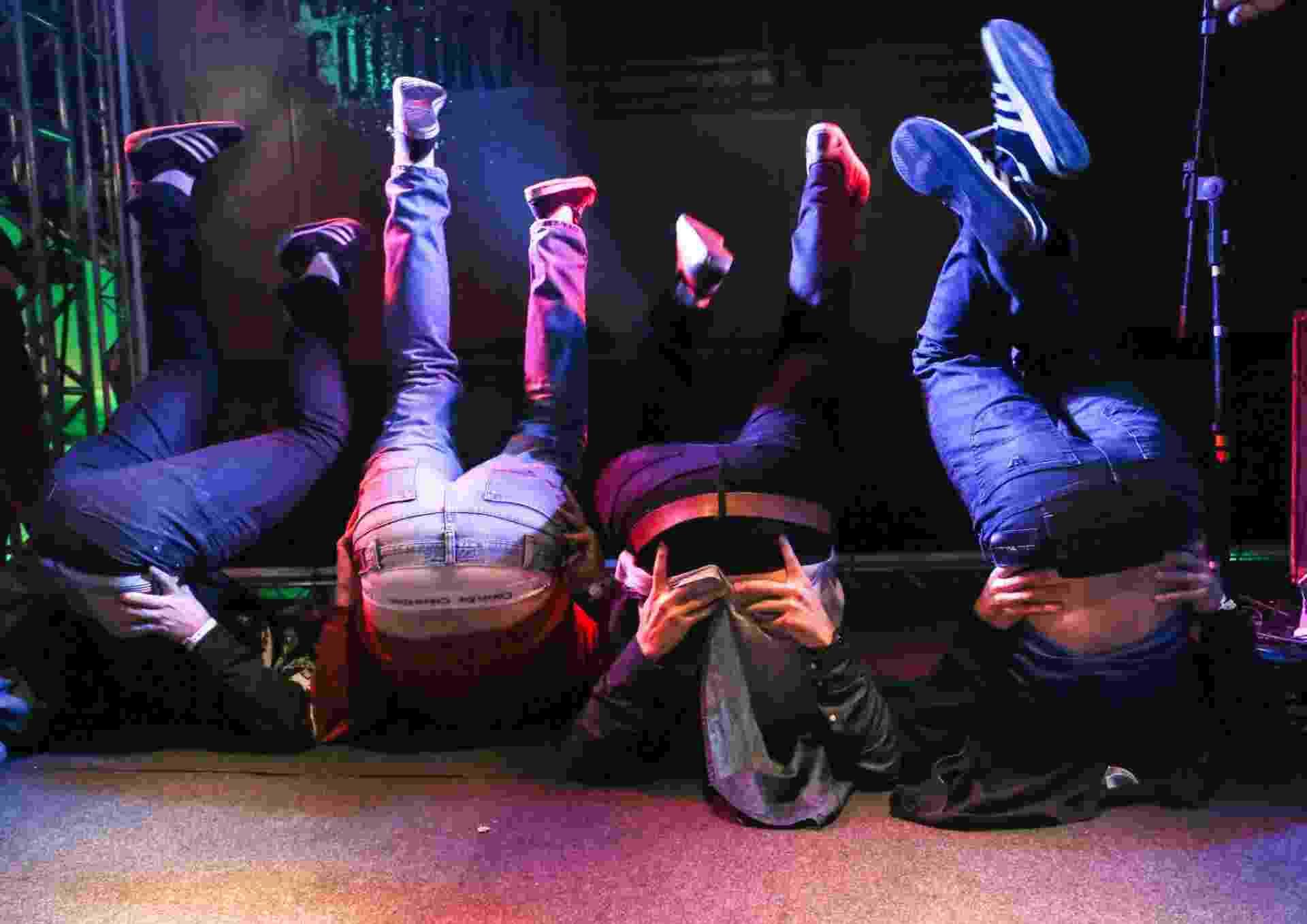 """18.mai.2013 - O humorista Danilo Gentili terminou sua apresentação no Palco Stand Up da Virada puxando os passos da dança """"Quadradinho de Oito"""". Todos os humoristas no palco também seguiram os passos do comediante e entraram na brincadeira. - William Volcov/Brazil Photo Press/Conteúdo Estadão"""