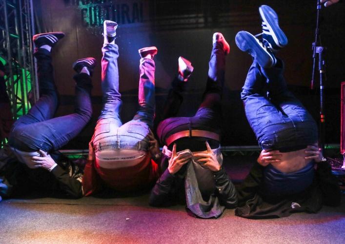 """18.mai.2013 - O humorista Danilo Gentili terminou sua apresentação no Palco Stand Up da Virada puxando os passos da dança """"Quadradinho de Oito"""". Todos os humoristas no palco também seguiram os passos do comediante e entraram na brincadeira."""