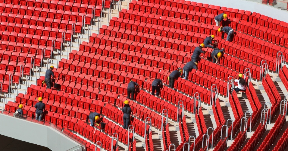 18.mai.2013 - Operários ainda atuam nas arquibancadas do estádio