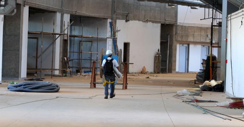 18.mai.2013 - Operários ainda trabalham no interior do estádio