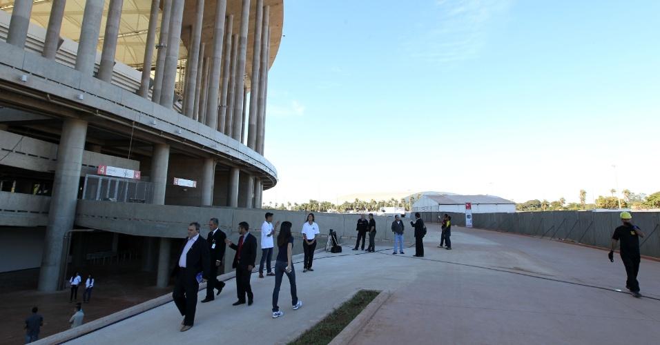 18.mai.2013 - População caminha no entorno do estádio