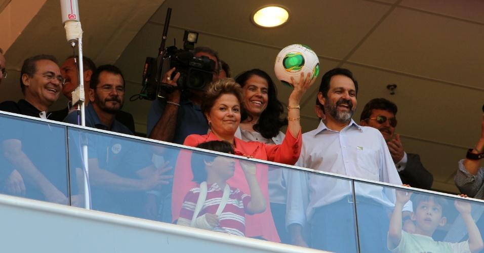 18.mai.2013 - Presidente acena com bola oficial da Copa das Confederações