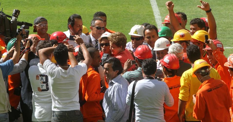 18.mai.2013 - Presidente foi tietada pelos operários do novo estádio