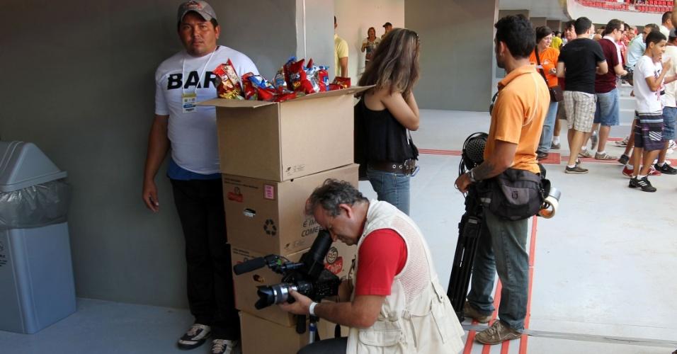 18.mai.2013 - Profissionais de imprensa trabalham na inauguração do estádio Mané Garrincha. Jornalistas tiveram dificuldade para fazer a cobertura do evento. Sem cabine à disposição, narradores tiveram de narrar da arquibancada à final entre Brasília x Brasiliense, no Candangão (campeonato local)