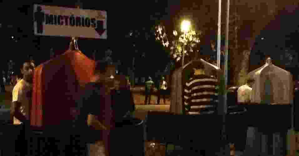18.mai.2013 - Público aprova a instalação de mictórios durante a Virada Cultural - Thiago Azanha/UOL
