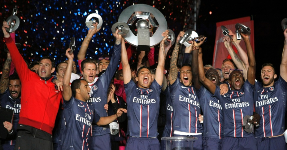18.mai.2013 - Thiago Silva, capitão do Paris Saint-Germain, levanta a taça de Campeão Francês, entregue ao time após a vitória por 3 a 1 sobre o Brest, no Parque dos Príncipes