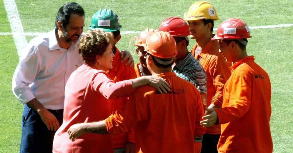 18.mai.2014 - Presidente conversa com operários no gramado do Estádio Mané Garrincha