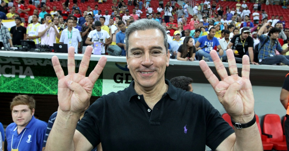 18.maio.2013 - Luiz Estevão, empresário, senador cassado e proprietário do Brasiliense, vibra com título