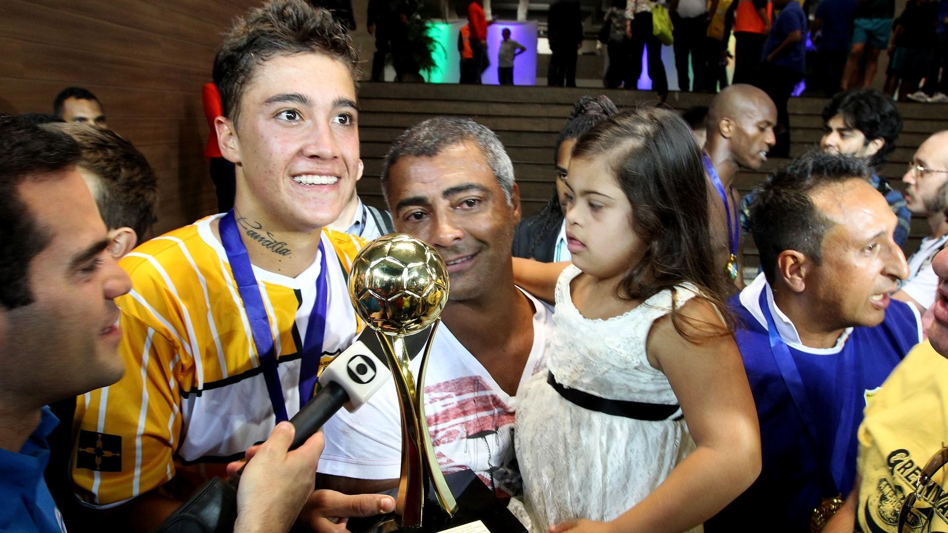 18.maio.2013 - Romário levou a filha para comemorar com o irmão