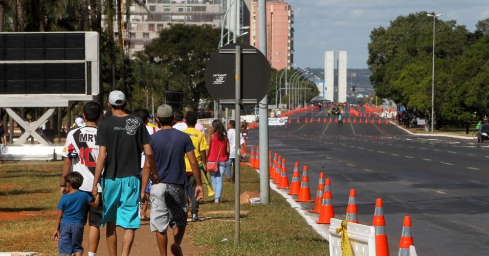 Torcedores chegam para a inauguração do estádio Mané Garrincha, em Brasília