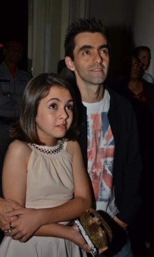 18.mai.2013 - A atriz mirim Klara Castanho assiste vídeo na festa organizada pela Globo em um restaurante de São Paulo