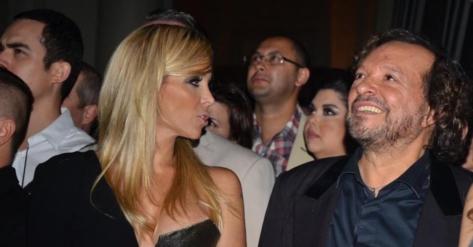 """18.mai.2013 - Danielle Winits conversa com Wolf Maya na festa organizada pela Globo em um restaurante de SP para promover a novela """"Amor à Vida"""""""