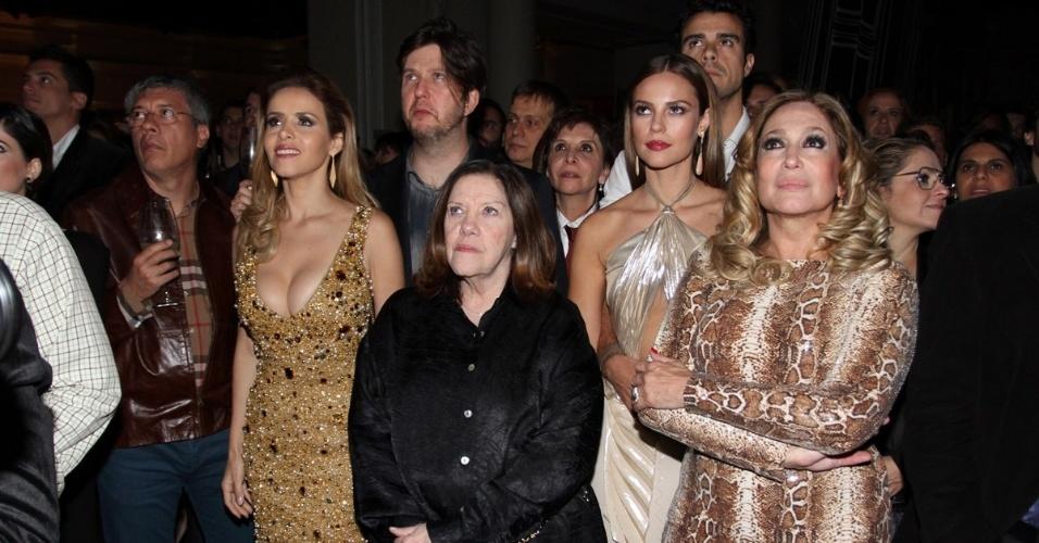 """18.mai.2013 - Elenco de """"Amor à Vida"""" vê vídeo de divulgação da trama durante festa de lançamento da novela em São Paulo"""