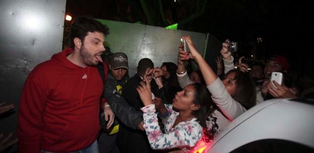 O humorista Danilo Gentili interage com o público antes de subir ao palco em evento em SP