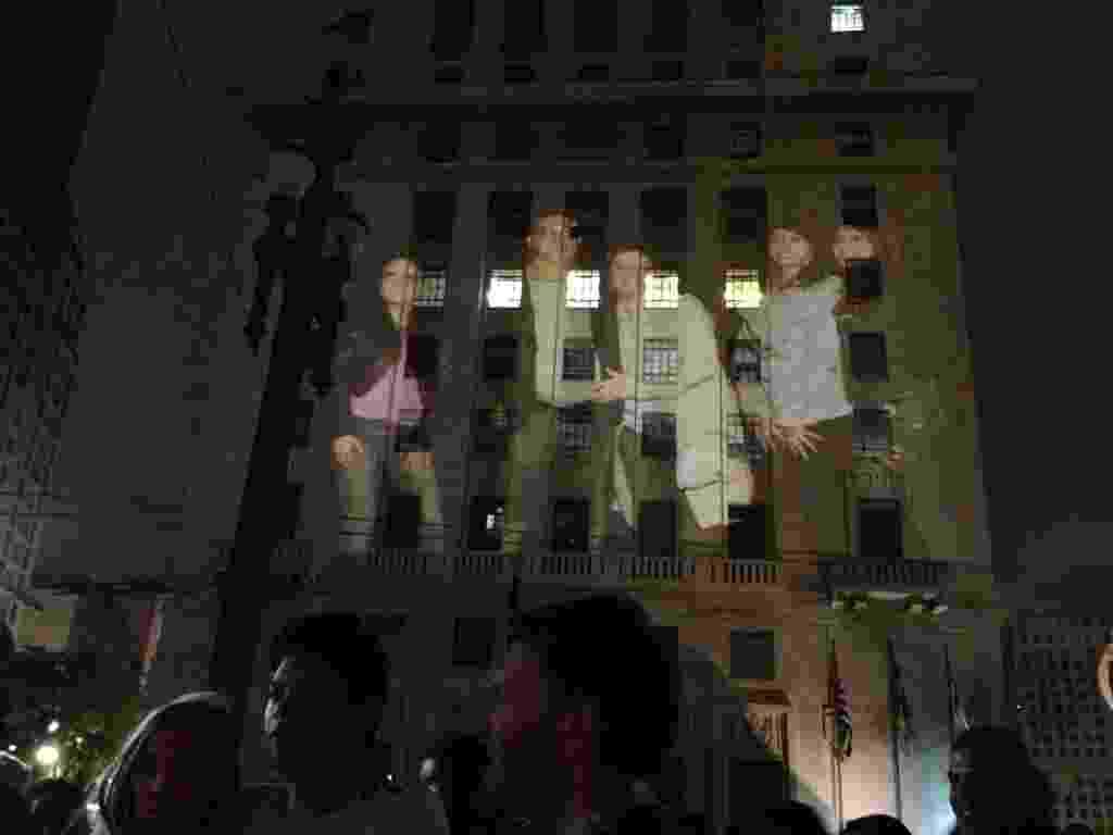 19.mai.2013 - Projeção permite que público da Virada Cultural 2013 veja sua imagem na fachada da Prefeitura - Estéfani Medeiros/UOL