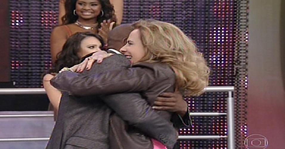 """19.mai.2013 - Bia Seidl  abraça seu professor na apresentação da """"Dança dos Famosos  2013"""""""