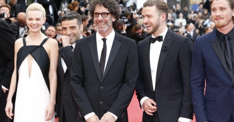 19.mai.2013 - Carey Mulligan, Oscar Isaac, o diretor Joel Coen e os atores Justin Timberlake e Garrett Hedlund (da esq para dir) chegam à exibição do filme