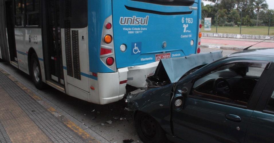 19.mai.2013 - Carro bate na traseira de ônibus na manhã deste domingo (19), na zona sul de São Paulo. Uma vítima ficou ferida e foi levada ao hospital do Grajaú