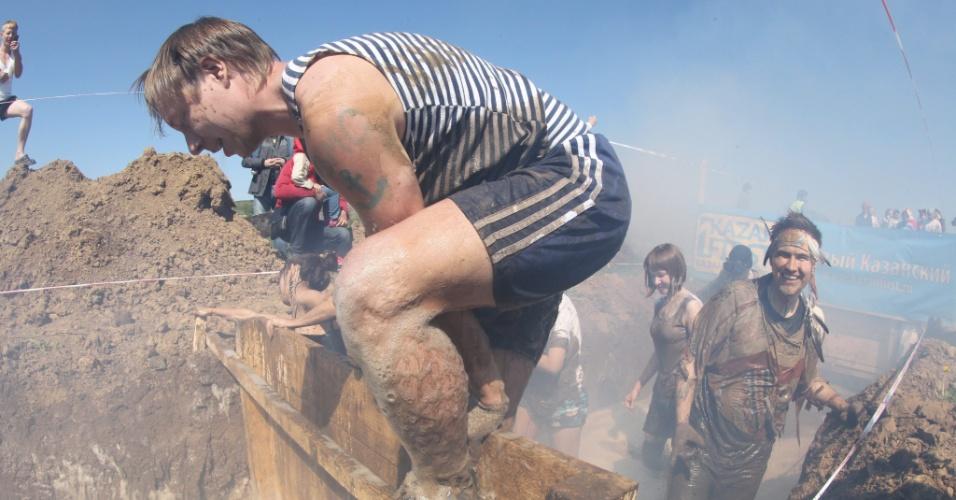 19.mai.2013 - Competidores participam de corrida na lama em Kazan, capital da república russa de Tatarstan, neste domingo (18)