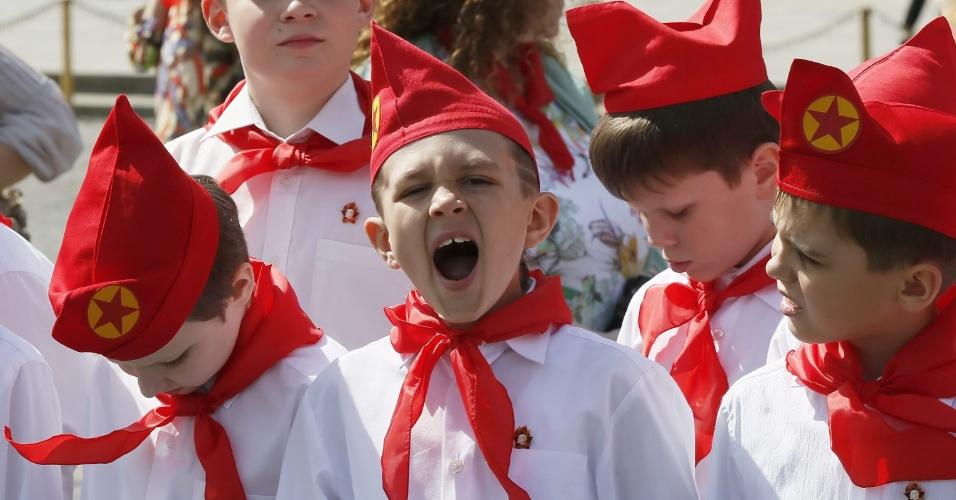 19.mai.2013 - Crianças russas participam de cerimônia do Partido Comunista na praça Vermelha, em Moscou