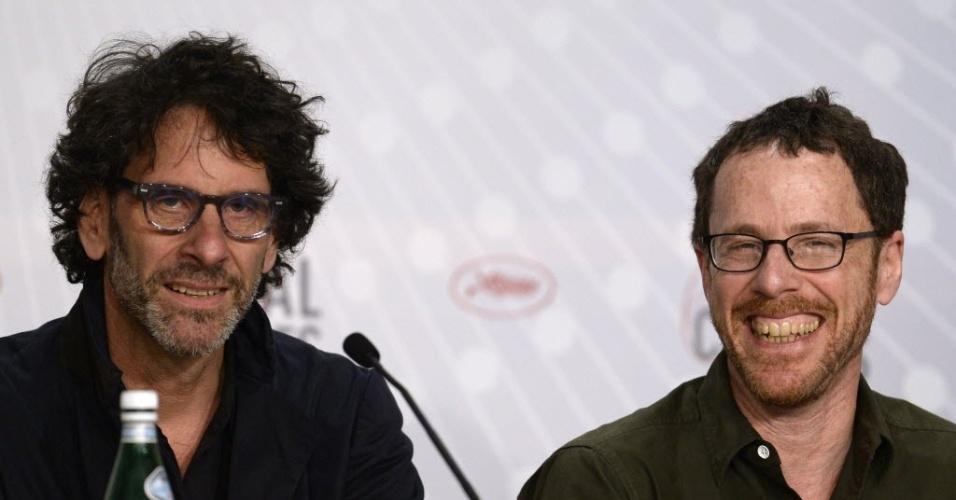 19.mai.2013 - Joel (à esq) and Ethan Coen participam de coletiva de imprensa de seu novo filme