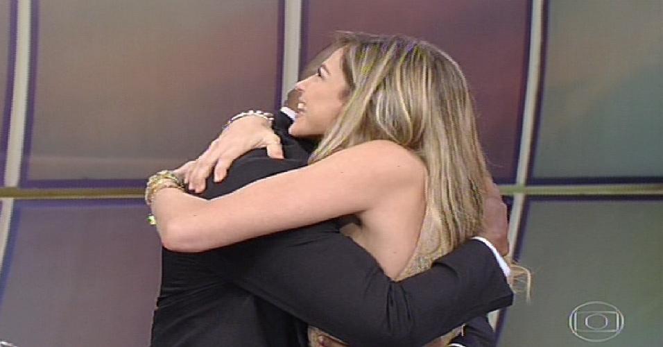 """19.mai.2013 - Luana Piovani abraça seu professor na apresentação da """"Dança dos Famosos  2013"""""""