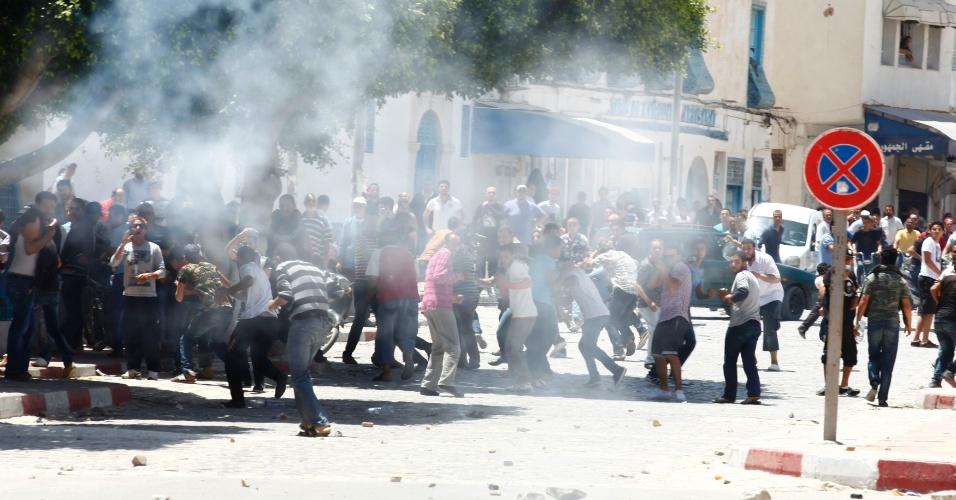 19.mai.2013 - Manifestantes entram em confronto com a polícia durante protesto na cidade de Kairouan, na Tunísia
