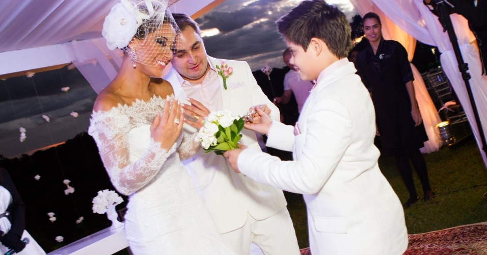 19.mai.2013 - Ex-BBB Mayra Cardi em seu casamento surpresa com Egil Greto na Chapada Guimarães (MT)