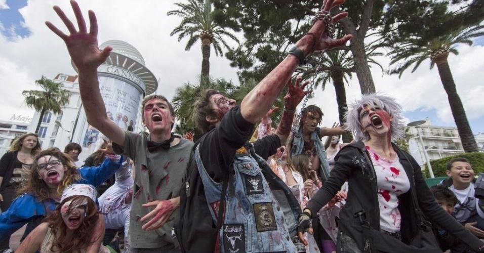 19.mai.2013 - Membros da Troma, uma produtora de filmes independentes, se vestem de zumbis durante um flashmob em frente ao Palais des Festivals em Cannes