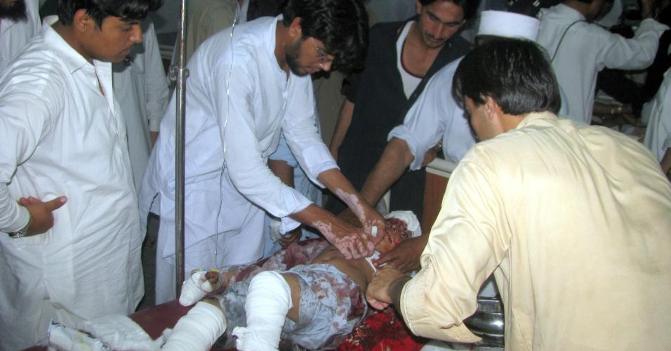 19.mai.2013 - Menino é ferido em explosão de uma bomba em Bannu, no Paquistão. Pelo menos seis crianças ficaram feridas após o artefato explodir enquanto elas brincavam com a bomba em rua da cidade