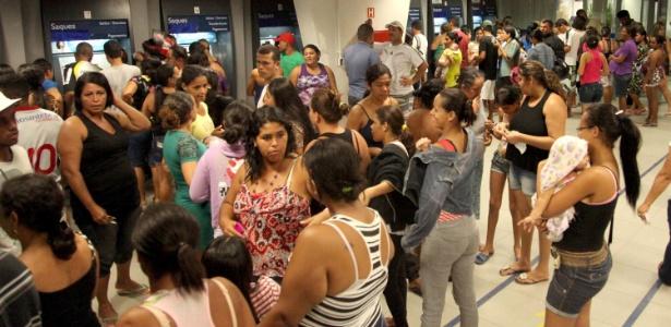 Movimentação de beneficiários do Bolsa Família em agência da Caixa Econômica Federal na cidade de Maceió (AL) neste sábado (18)