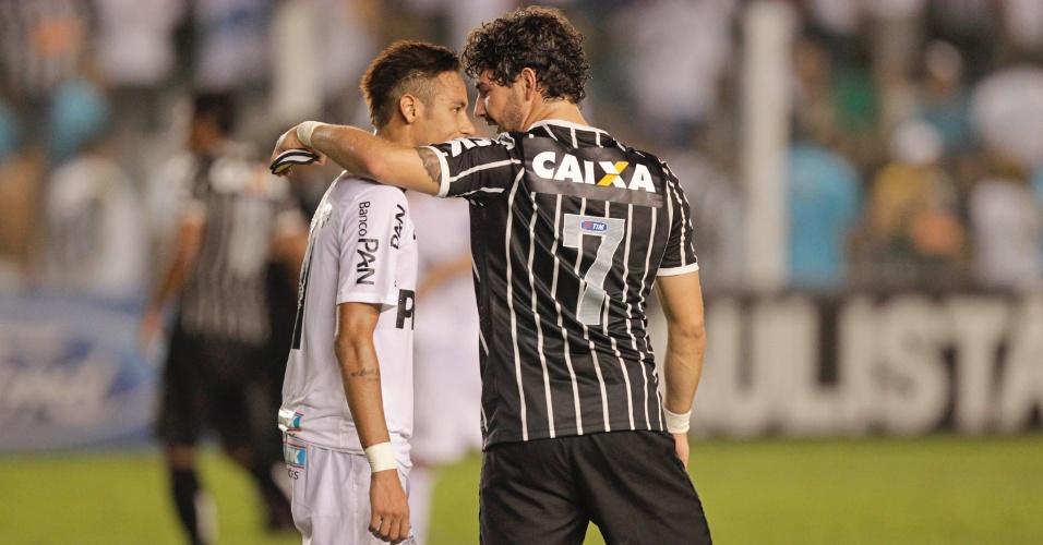 19.mai.2013 - Neymar e Pato conversam após o fim da partida entre Santos e Corinthians, na Vila, pela final do Paulistão