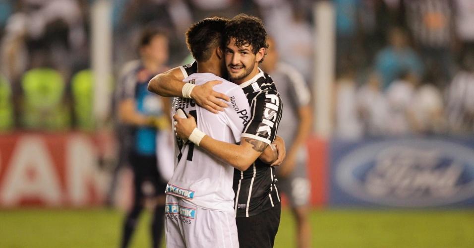 19.mai.2013 - Neymar e Pato se abraçam após o fim da partida entre Santos e Corinthians, na Vila, pela final do Paulistão